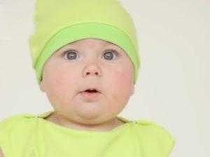 Ребенок в зеленой шапке